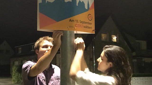 Arbeit am Plakat in der Nacht